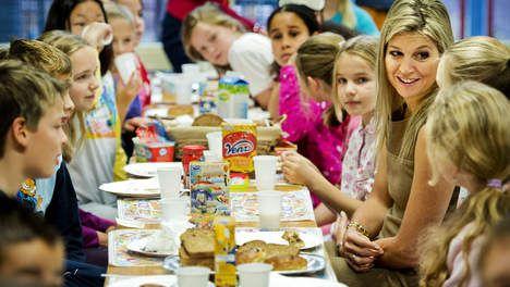 De stralende lach van Maxima tijdens het schoolontbijt te midden van margarine en brood (c) Volkskrant