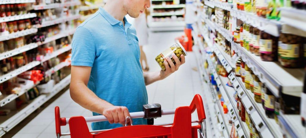 Lezen van labels en etiketten om ingrediënten te bekijken en trucs te spotten