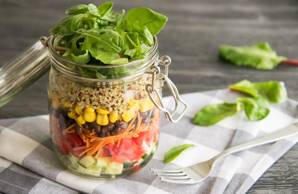 Recept voor een kleurrijke en gezonde salad in a jar